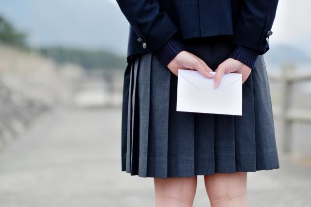 手紙を持つ女子学生
