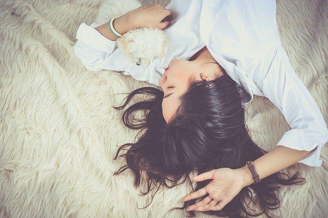 眠る女性 「ムゲンのi」イメージ